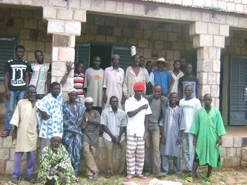 Repræsentanter fra landsbyrådet i Biry og det frivillige byggehold er med til den tekniske gennemgang af skolen. Hverken de, borgmesteren eller kommunens repræsentanter finder fejl ved byggeriet. Bygningen bliver gennemgået igen om et halvt år.