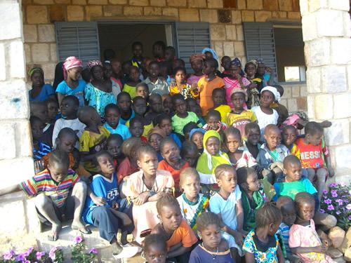 Nogle af de mange elever, der nu går i skole i Biry