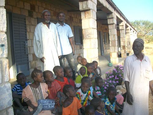 Vores kontaktperson Ibrahim Guindo til højre og lederen af landsbyrådet til venstre