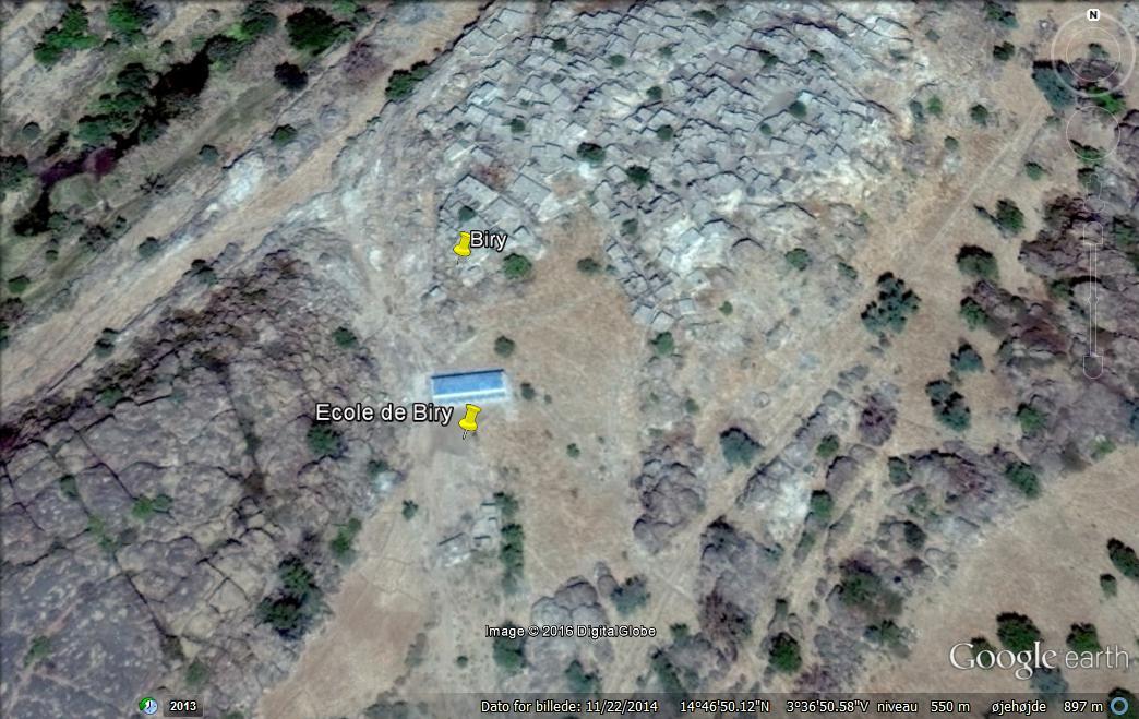 Skolen i Biry kan ses på Google Earth. Den ligger nedenfor landsbyen. Til venstre i billedet kan man se den lille sø med krokodiller, der tørrer helt ud i tørtiden.