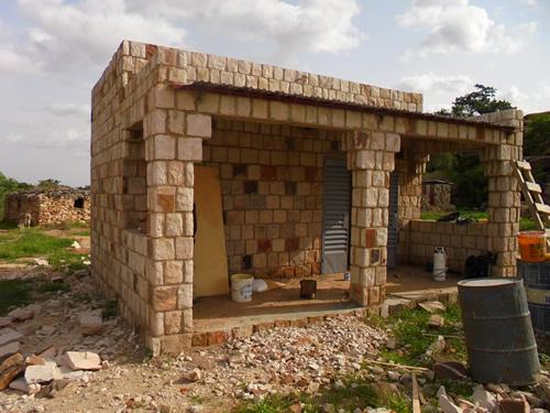Det nye kontor. I baggrunden kan man se den midlertidige skole, som landsbyen byggede til de første tre årgange i Biry.
